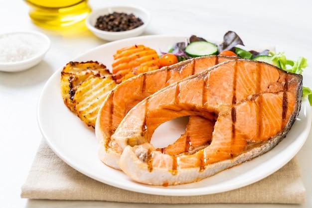 Filet de pavé de saumon double grillé aux légumes