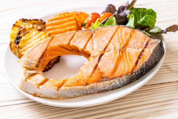 Filet de pavé de saumon grillé aux légumes sur assiette