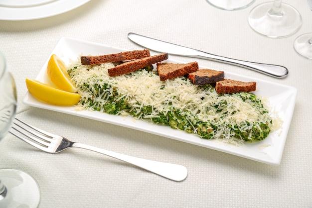 Filet de poisson blanc aux herbes sur épinards frits