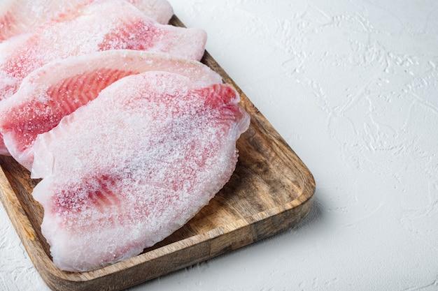 Filet de poisson blanc congelé, sur table blanche