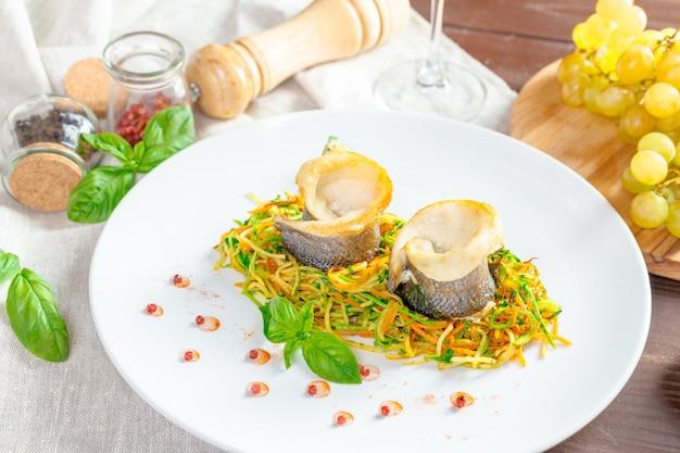 Filet de poisson frit et légumes