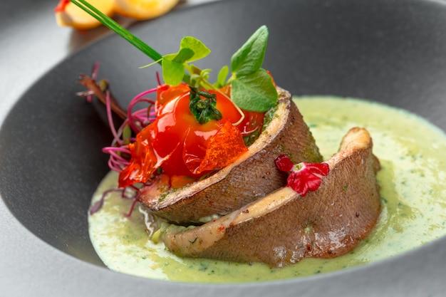 Filet de poisson avec garniture de légumes et de chutney