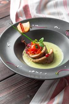 Filet de poisson avec garniture de légumes et chutney