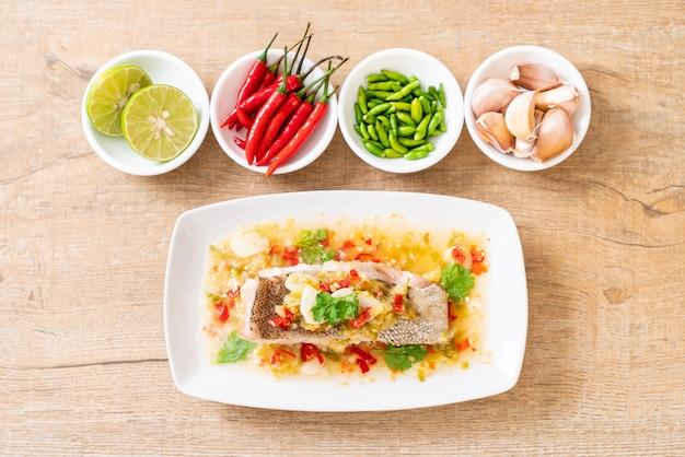 Filet de poisson mérou cuit à la vapeur avec sauce chili et lime dans une vinaigrette au citron