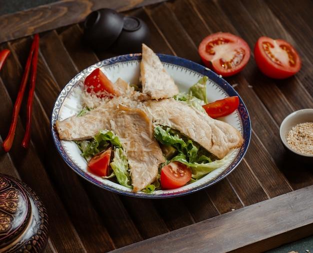Filet de poisson avec salade de légumes.
