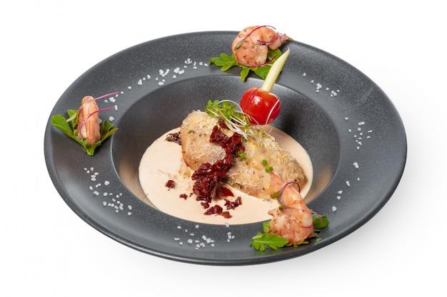Filet de poisson avec sauce au four et décoré