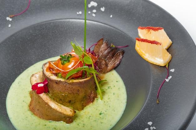 Filet de poisson à la sauce cuit et décoré