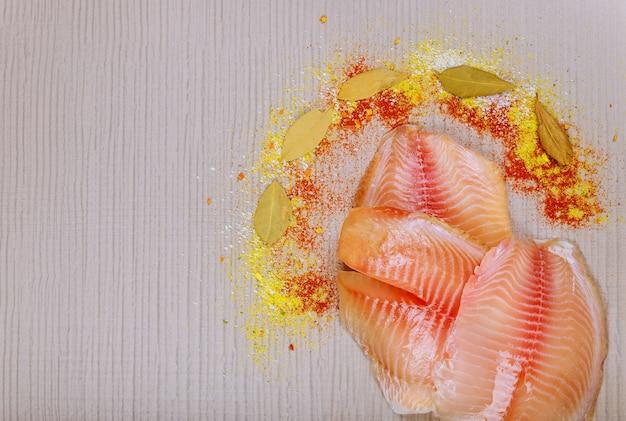 Filet de poisson tilapia cru prêt à cuire
