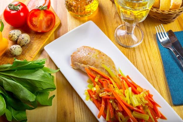Filet de poitrine de poulet grillé et poivron frit