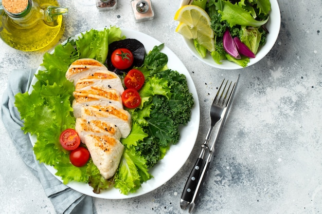 Filet de poitrine de poulet et salade de légumes.