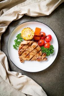Filet de porc grillé et barbecue aux légumes