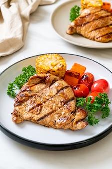 Filet de porc grillé et barbecue avec légumes