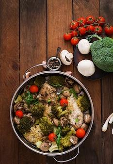 Filet de poulet aux légumes cuit à la vapeur. menu diététique. nutrition adéquat. vue de dessus