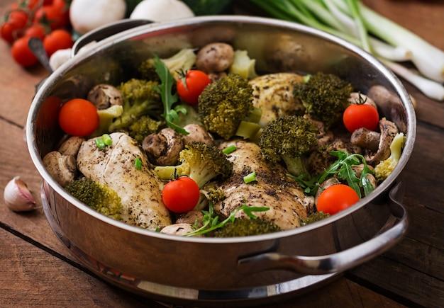 Filet de poulet aux légumes cuit à la vapeur. menu diététique. nutrition adéquat.