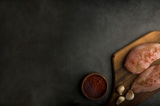 Filet de poulet cru servi avec des sauces