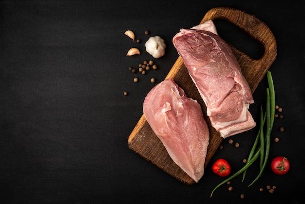 Filet de poulet cru et viande de porc