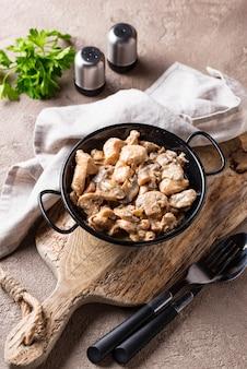 Filet de poulet cuit aux champignons