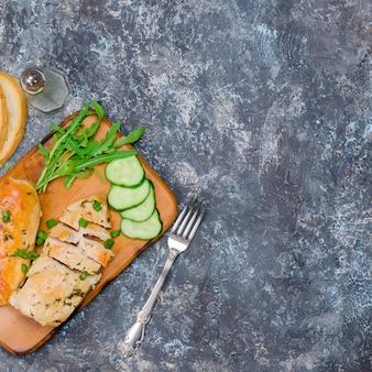 Filet de poulet frit et légumes pour le déjeuner