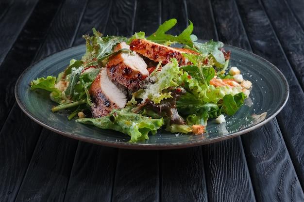 Filet de poulet frit avec des légumes et une salade avec une sauce au vinaigre