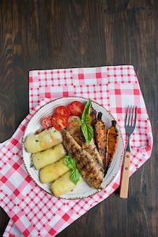 Filet de poulet grillé aux légumes cuits au four, rouleaux de poivrons.
