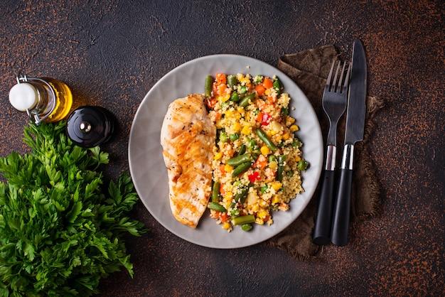 Filet de poulet grillé aux légumes
