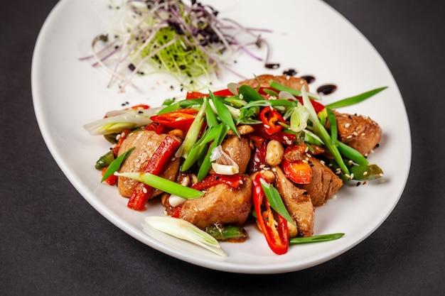 Filet de poulet mariné dans une sauce soja japonaise avec des légumes frais