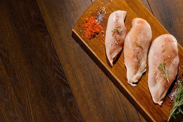 Filet de poulet sur une planche