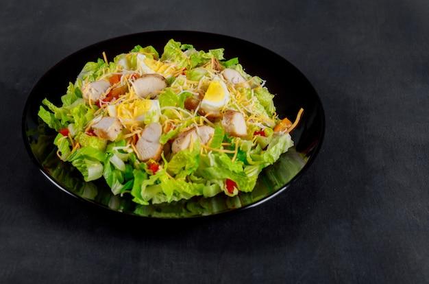 Filet de poulet rôti avec salade de laitue et tomates cerises. vue de dessus