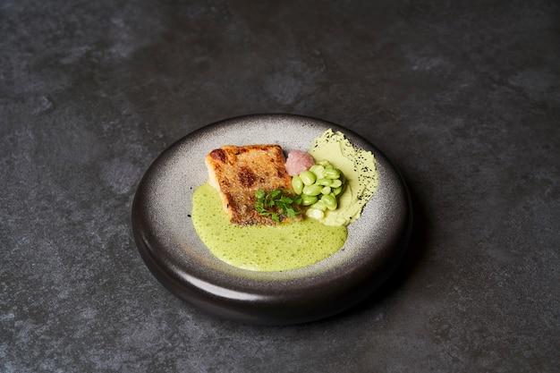 Filet de sandre avec purée d'edamame aux haricots verts et sauce