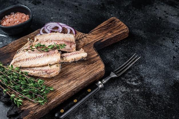 Filet de sardine à l'huile d'olive sur planche de bois
