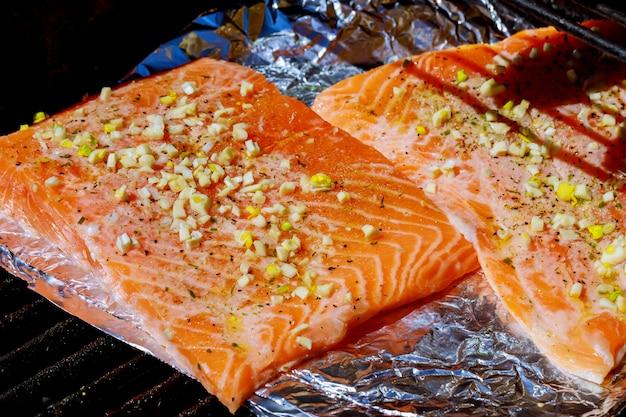Filet de saumon assaisonné cuisant sur le gril