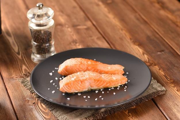 Filet de saumon assaisonné frit sur la plaque noire
