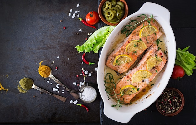 Filet de saumon au four au romarin, citron et miel