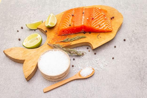 Filet de saumon cru au citron vert, romarin, sel de mer et mélange de poivre