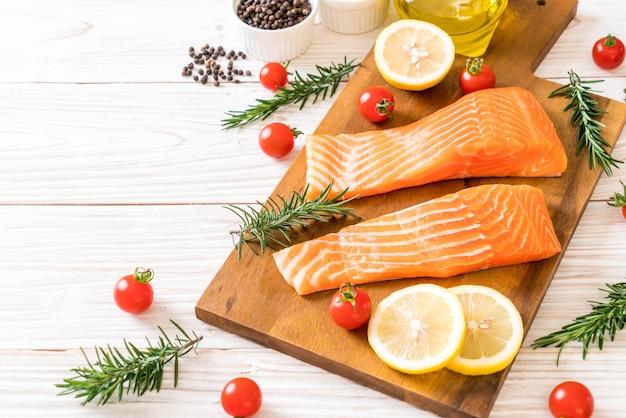 Filet de saumon cru aux tomates et au citron