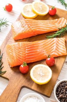 Filet de saumon cru aux tomates citron romarin poivre poivre et sel