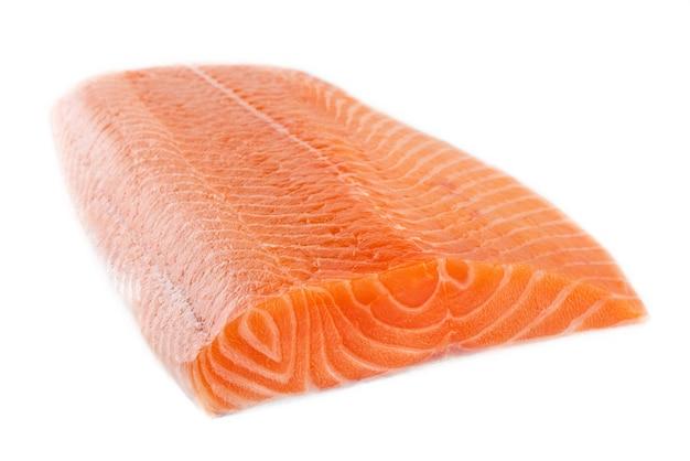 Filet de saumon cru cru frais isolé sur fond blanc, vue latérale