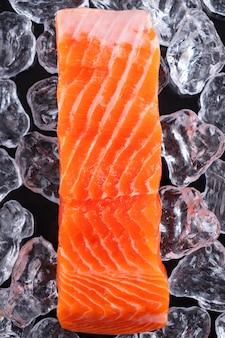 Filet de saumon cru. filet de poisson non cuit sur glace. vue de dessus