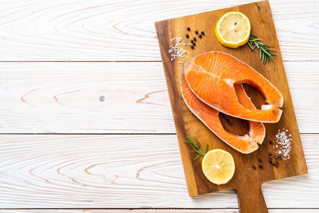 Filet de saumon cru frais avec des ingrédients à bord