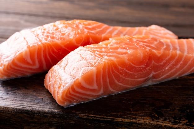 Filet de saumon cru frais, plat