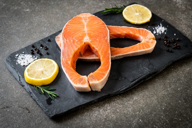Filet de saumon cru frais