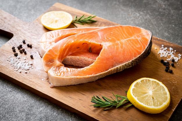 Filet De Saumon Cru Frais Photo Premium