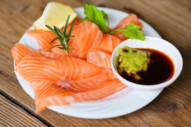 Filet de saumon cru sauce wasabi