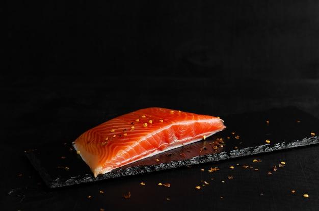 Filet de saumon sur fond noir