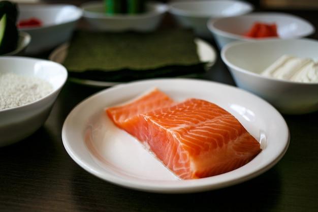 Filet de saumon frais sur plaque blanche