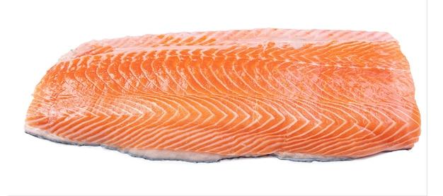 Filet de saumon frais sur surface blanche