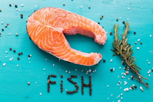 Filet de saumon frais sur surface bleue