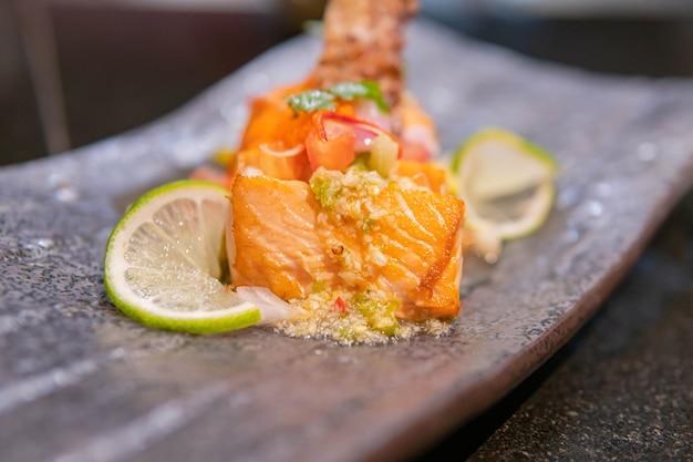 Filet de saumon frit au citron et basilic.