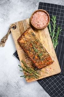 Filet de saumon fumé chaud fait maison sur une planche à découper. truite., vue de dessus.
