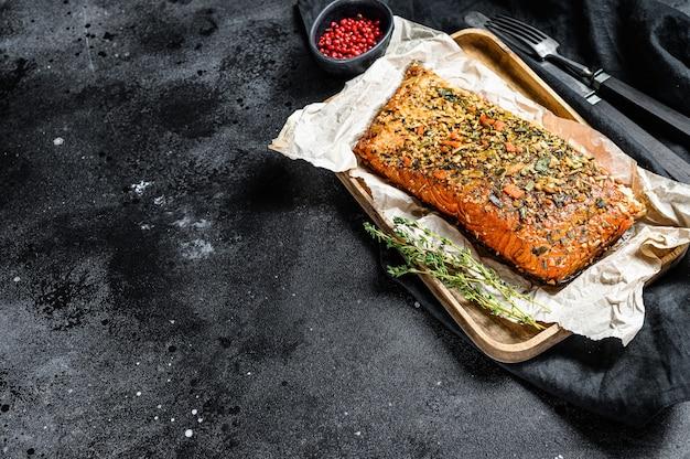 Filet de saumon fumé chaud. truite. vue de dessus